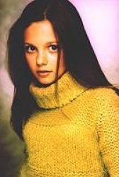 Photos de Mackenzie Rosman - Photoshoot Yellow Sweater - 1
